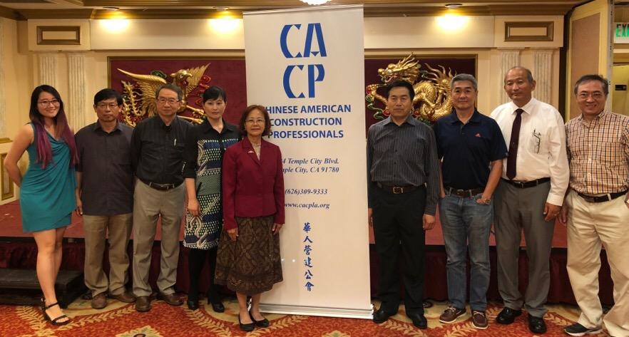 華人營建公會現任、往屆會長和《世界日報》代表合影(記者王千惠/攝影)