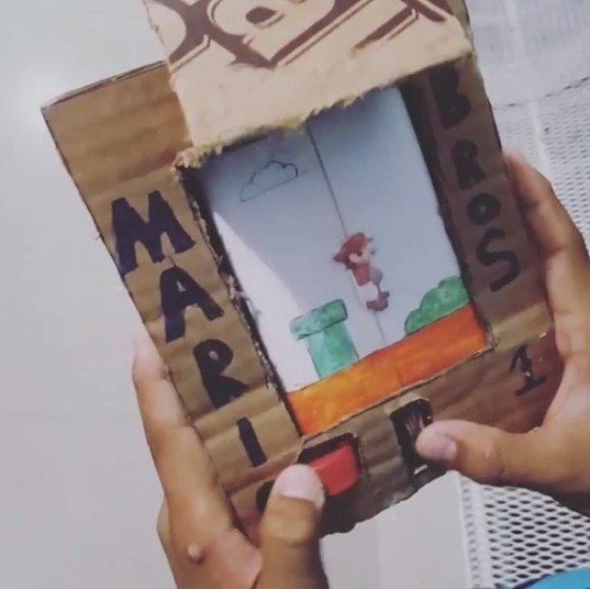 一名委內瑞拉的男孩因家中經濟拮据買不起遊戲機,竟利用紙板和瓶蓋,成功自製「超級瑪莉歐」的遊戲機。圖擷自「bigtrueno」IG