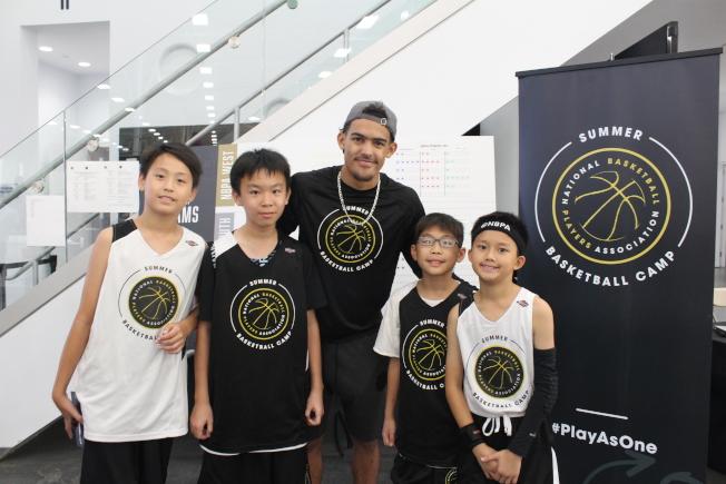 華裔青少年與NBA球星楊恩合影,左起Hingston Lu、宣佑安、楊恩、陳文俊、陳聖元。(記者張筠/攝影)