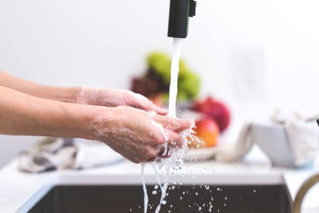 研究指出,專心洗碗能有效減輕壓力,還可提升創造力。(Paxels)