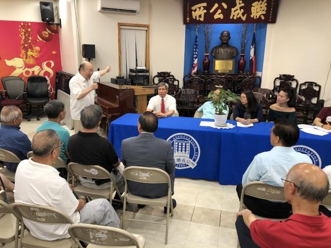 于金山(發言者)等當日參加閉門會議代表強烈反對華埠新監獄建案。(記者洪群超/攝影)