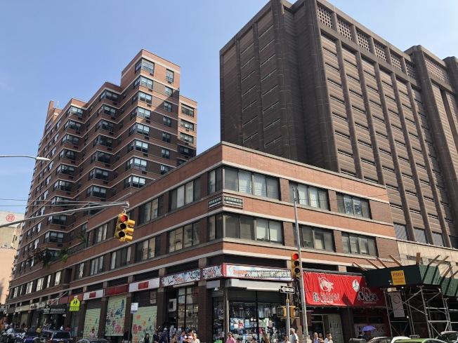1980年代經過華埠的抗爭,白街125號曼哈頓拘留所旁的土地被用以松柏大廈老人屋等社區功用。(記者洪群超/攝影)