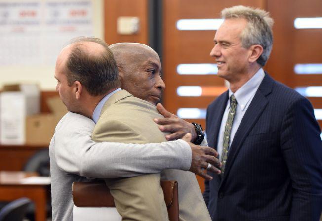 園丁強生在獲判約2億8900萬元賠償後,擁抱律師。(Getty Images)