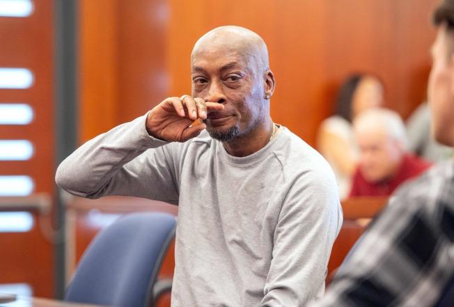 園丁強生在獲判約2億8900萬元賠償後,當庭拭淚。(Getty Images)