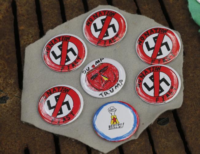 夏洛茲維爾的小販擺出反納粹的標章。(美聯社)