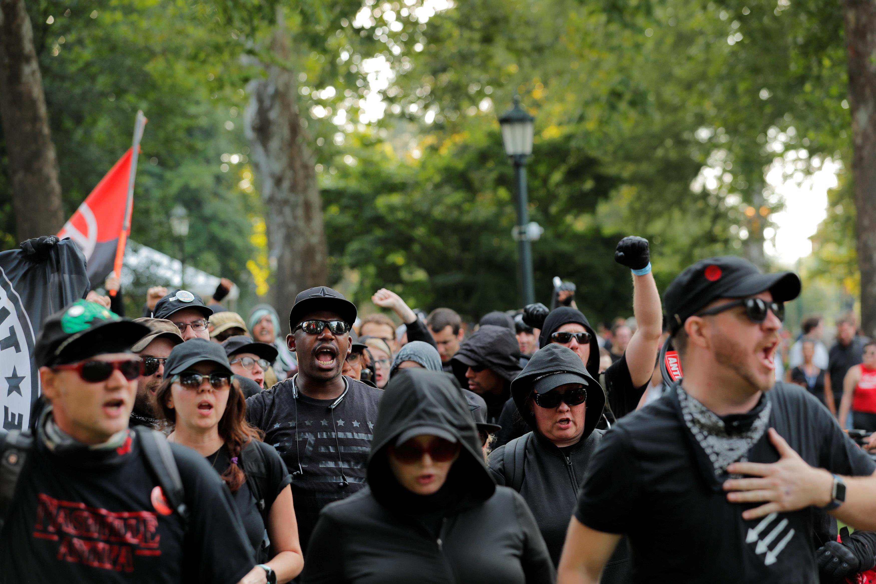 反種族主義的示威者在維大校園遊行,呼喊口號。(路透)