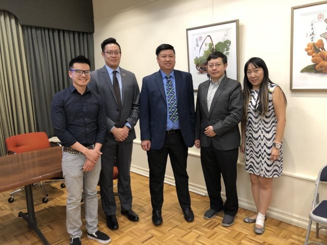 一些年輕的第二代台美人也出席台灣會館的記者會。(記者李雪/攝影)