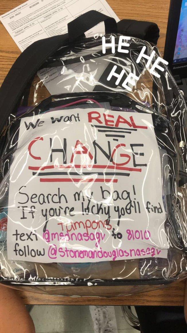 學生在透明書包留言,「我們要真正的改變」。(取材自推特)