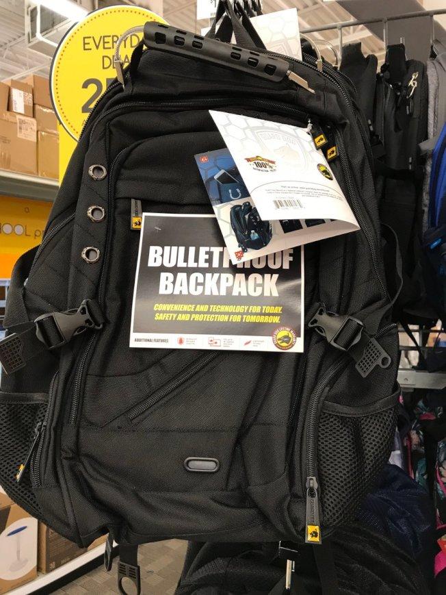 書包裡塞進防彈板,就成了防彈書包。(取材自推特)