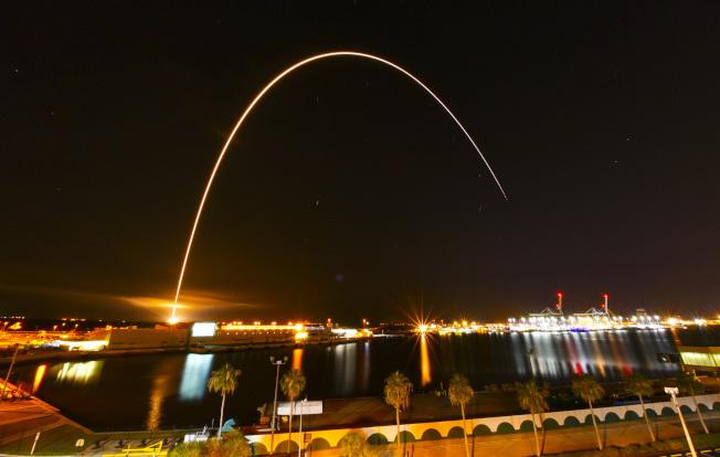 帕克發射時,尾焰劃破夜空,景象壯觀,令人讚嘆。美聯社