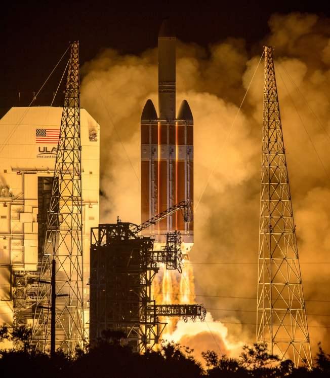 三角洲四號重型火箭十二日在佛州卡納維拉角載著帕克太陽探測器升空,朝太陽飛去。 (歐新社)