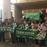 蔡英文過境/眾多台僑抵會場 但見綠旗飄揚