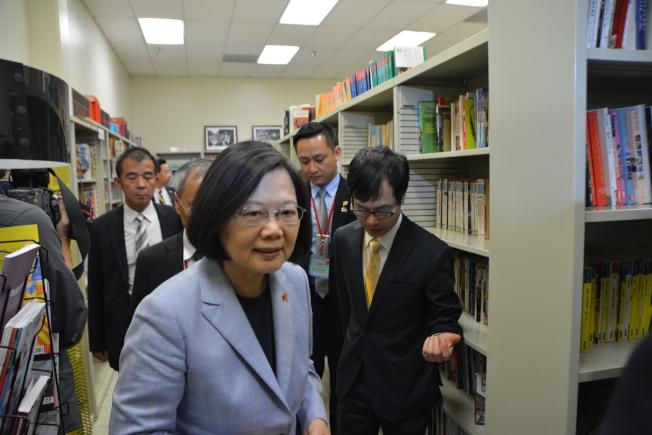 蔡英文參觀洛僑中心圖書閱覽室。(記者高梓原/攝影)