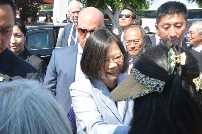蔡英文12日抵達洛杉磯,與歡迎僑民握手。(記者莊婷╱攝影)