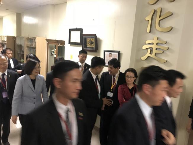 蔡英文總統參觀洛僑中心。(記者高梓原/攝影)