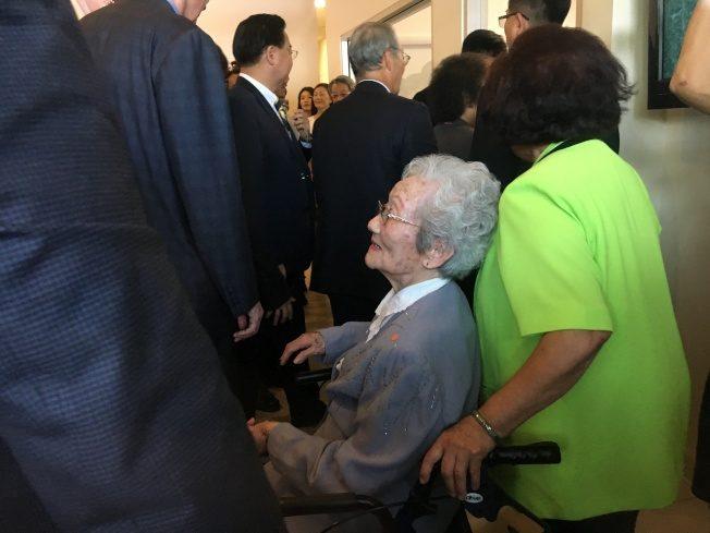 蔡英文訪洛僑中心 106歲鐵粉打氣