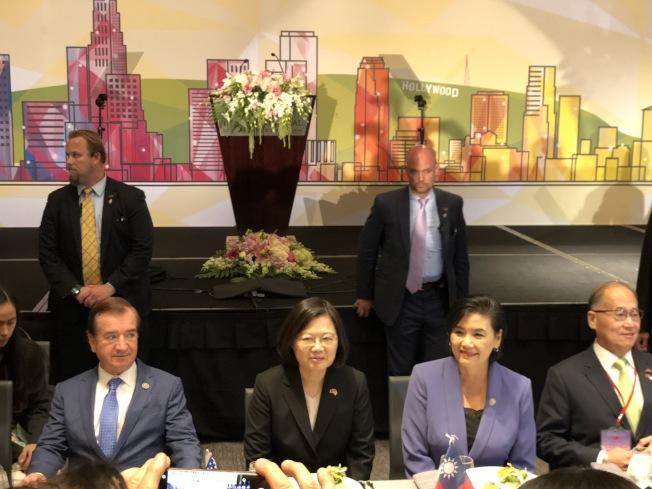 蔡英文總統(左二)和國會眾議員趙美心(左三)、羅伊斯(左一)相鄰而坐。(記者張越/攝影)