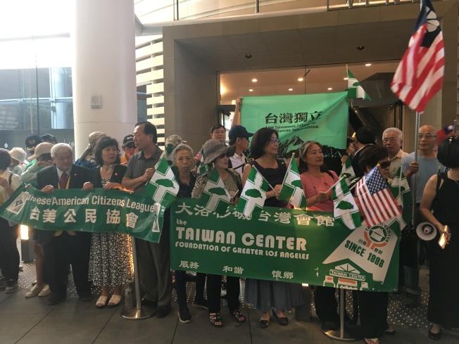 綠營人士揮著美國國旗與民進黨黨旗,大喊「總統加油」熱烈歡迎蔡英文。(記者謝雨珊/攝影)