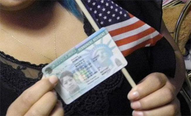 聯邦政府規定,凡是享有福利的移民,申請綠卡的難度將會增大。(美聯社)