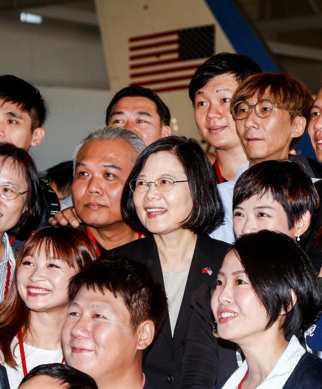 過境洛杉磯的中華民國總統蔡英文13日參訪位於加州的雷根總統紀念圖書館,在雷根總統生前的「空軍一號」專機前與隨行台灣媒體合影。(路透)