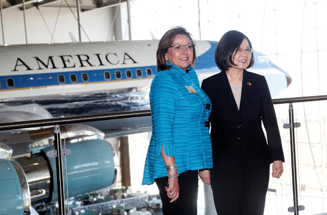 蔡英文13日在新墨西哥州州長陪同下,參訪位於加州的雷根總統紀念圖書館。(路透)