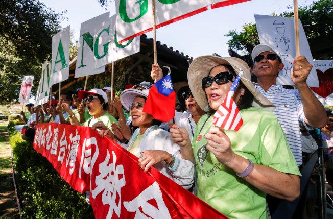 台灣僑民在紀念圖書館前歡迎蔡英文總統。(路透)