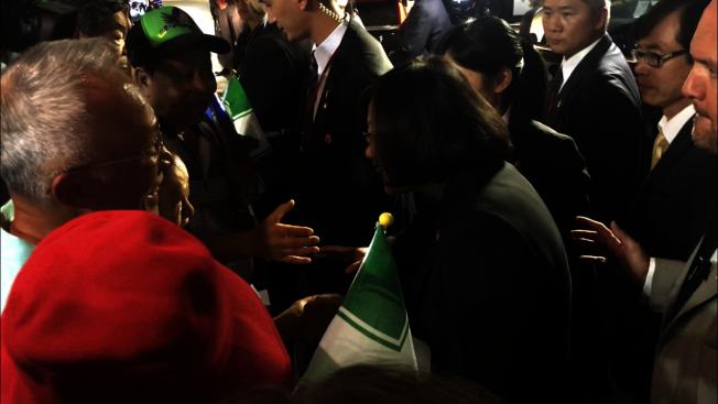 蔡英文與參與歡送的南加僑胞熱情握手致意。(記者高梓原/攝影)