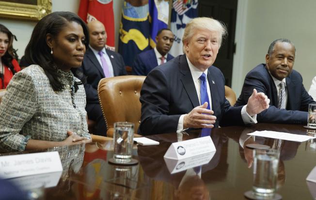 川普總統的前助理歐瑪蘿莎(右)為宣傳她的新書,藉與川普接近機會,偷偷錄音兩人間的談話,繼續上電視爆料。(美聯社)