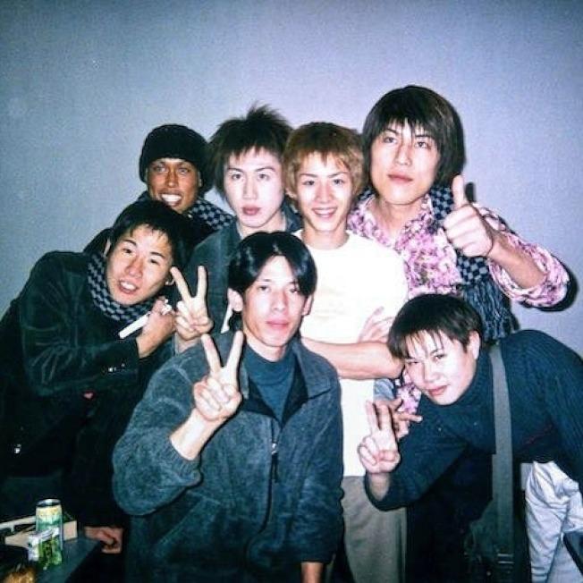 年輕的小林尊(右三),與眾多日本大胃王選手合影。(小林尊提供)