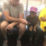 地鐵最美的風景 陌生男子借男童手機玩電動