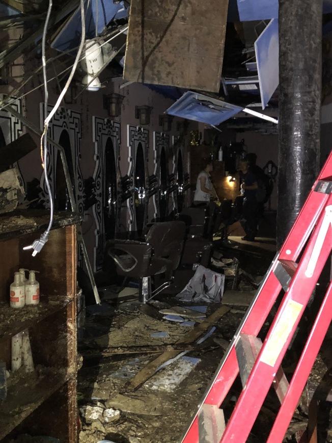 位於一樓的華人美髮店毀於一旦。(記者洪群超╱攝影)