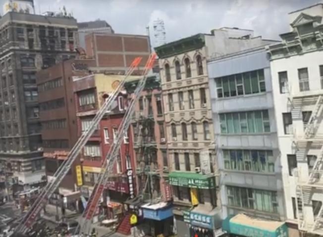 多部消防車、大批消防員趕到搶險。(讀者提供)