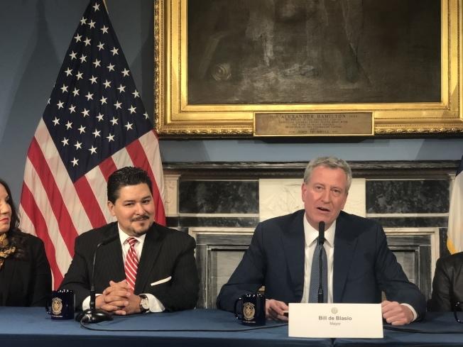 市長白思豪(右一)欲廢除特殊高中入學考試,如今探索計畫成為成績不足者進入特殊高中的捷徑。(本報檔案照)