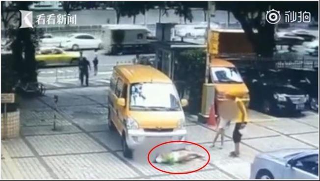 推兒撞車卻「碰瓷失敗」 誇張母親躺輪前耍賴