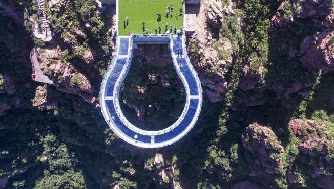 这座新密玻璃桥距谷底200公尺。 撷自中新网