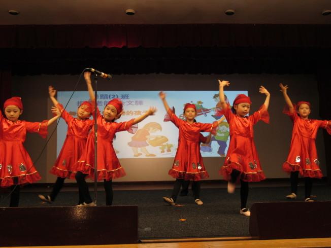 暑期班學童在結業活動上認真表演,相當可愛。(記者顏嘉瑩/攝影)