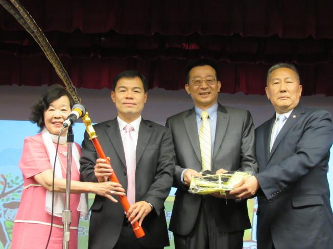 張俊裕(左三)、黃正杰(左二)代表僑委會贈送祭孔活動的服裝與道具給華僑學校,左一為王張令瑜,左四為伍銳賢。(記者顏嘉瑩/攝影)