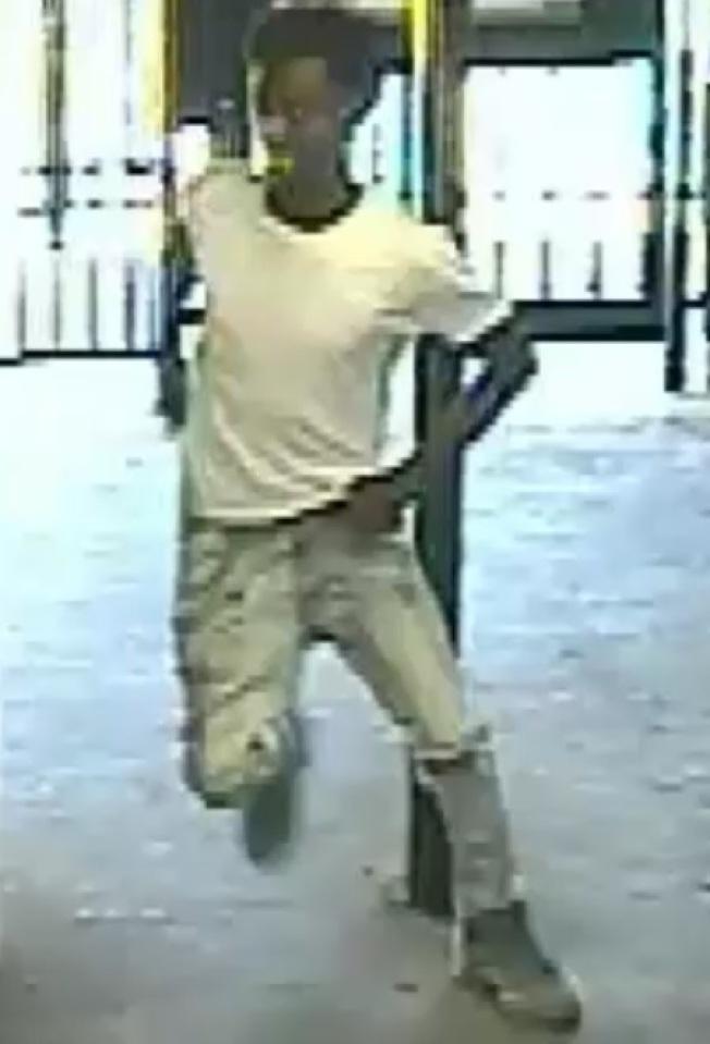 最後一名嫌犯身穿白色體恤,淺色的牛仔褲和淺彩色的運動鞋。(紐約市警提供)