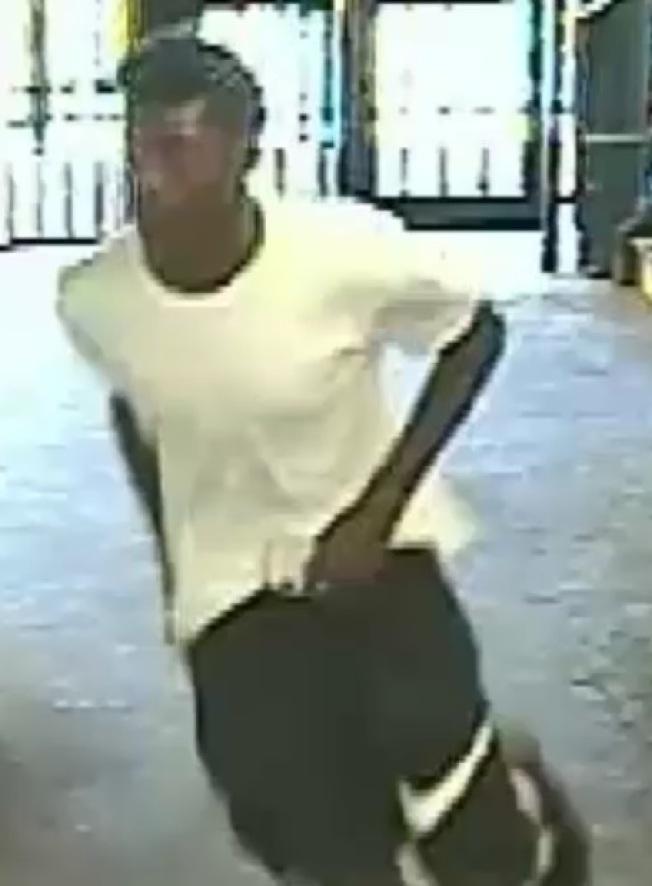 第一名嫌犯身穿白色體恤以及有「耐克」標示黑短褲。(紐約市警提供)