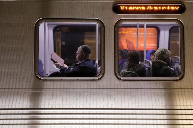 搭地鐵通勤,仍是多數人的選擇。(路透)