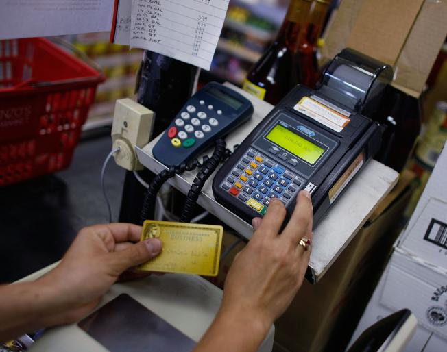 刷信用卡雖方便,但有三種情況付現更划算。(Getty Images)