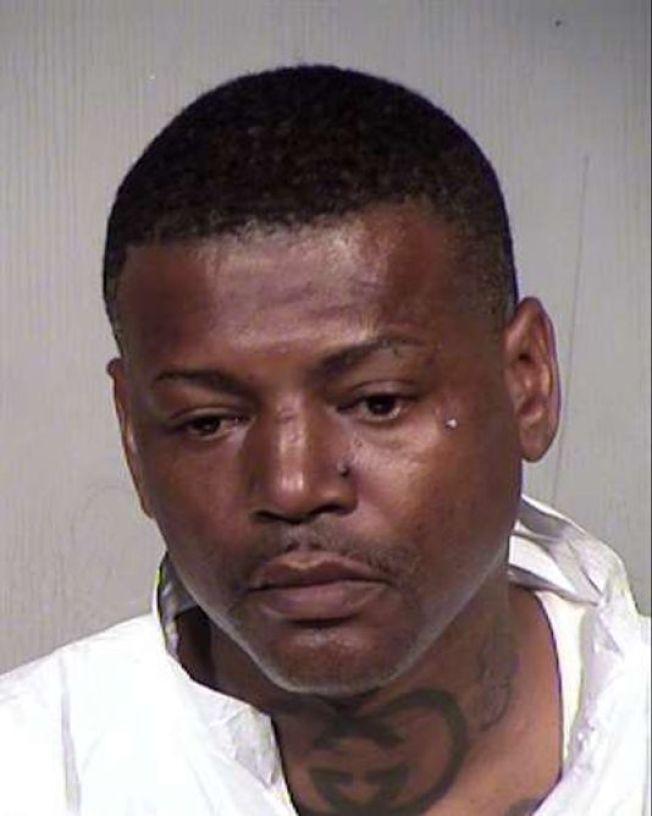 亞利桑納州一名16歲少女日前在鳳凰城一處加油站附設超商上廁所時,遇到可疑男子強行進入廁所。這名少女的父親哈里斯後來找男子理論,並在超商門外毆打男子,導致男子送醫後死亡。(Maricopa County警局照片)