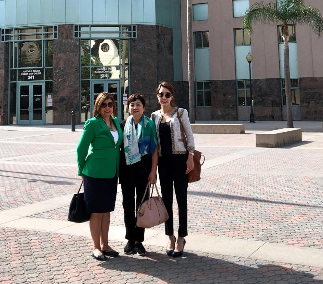 甄珍(中)在代理律師Kathleen Alparce(左)與WHGC運營總監吳蕾(Elaine Wu)的幫助下,打贏官司。圖為官司勝利後,三人在法庭前合影。(王振邦律師提供)