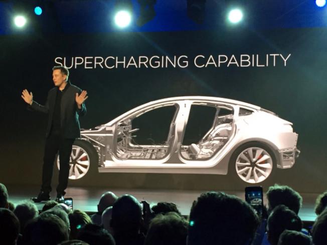 特斯拉Model 3陷入「難產」危機,為了提高效率,執行長馬斯克親自督軍,夜宿車廠。(Getty Images)
