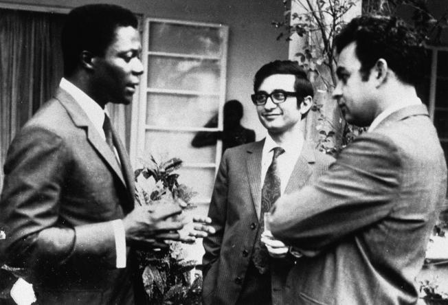 身為MIT史隆學者的安南(左)於1971年與同學至桑比亞研究銅礦企業。(歐新社)