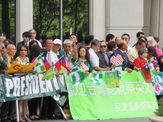 蔡英文總統過境美國休士頓,當地時間18日下午抵達下榻飯店,上百僑胞到場歡迎。(記者張加/攝影)