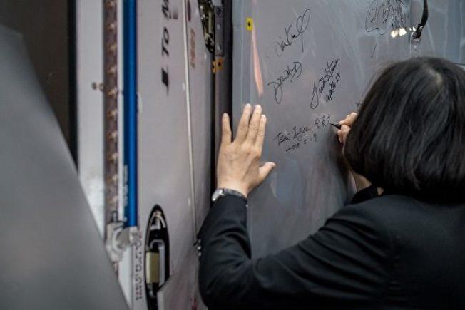 中華民國總統蔡英文19日參訪美國國家航太總署所屬詹森太空中心。圖為她在太空艙艙門上簽名。(中央社)