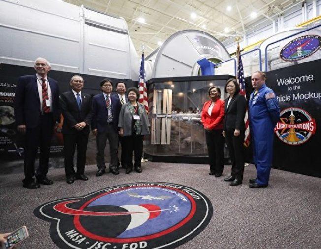 中華民國總統蔡英文(右二)結束出訪友邦行程,回程抵達美國休士頓過境,當地時間19日率團到美國國家航空暨太空總署(NASA)所屬詹森太空中心,參訪太空站實體模型訓練中心。(中央社)