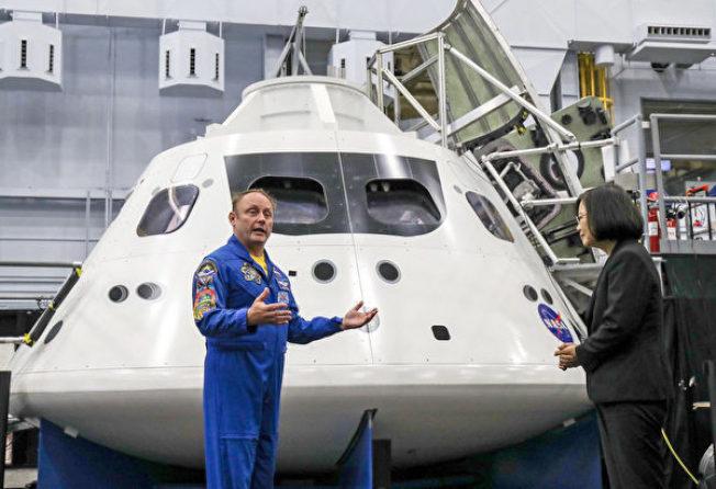 中華民國總統蔡英文(右)19日參訪美國國家航空暨太空總署所屬詹森太空中心,由太空人芬克(E. Michael Fincke)(左)解說太空站實體模型訓練中心。(中央社)