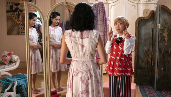 吳恬敏(Constance Wu,左)與 Awkwafina的一場對戲。(美聯社)